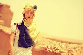 image of yashmak  - Capture of Beautiful women wearing turban in desert - JPG
