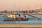 Постер, плакат: Старые ржавые рыбалка поплавок корабль на поверхности воды в Марина по Средиземного моря Израиль