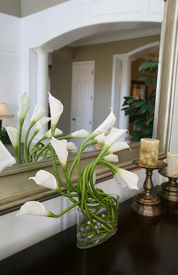 pic of flower vase  - a vase full of cala lilies in a home interior - JPG
