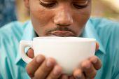Постер, плакат: Заделывают человека пить кофе