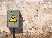 Постер, плакат: Рубильник на старые грязные стены