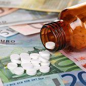 Постер, плакат: Высокая стоимость здравоохранения с медициной на банкноты евро