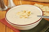 picture of clam  - A bowl of clam chowder with saltine crackers - JPG