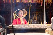 picture of conic  - Praying young Vietnamese woman in conical hat - JPG
