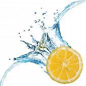 Постер, плакат: Свежего лимона упал в воду с splash изолированные на белом