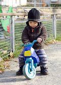 Постер, плакат: Ребенок на игрушка велосипед