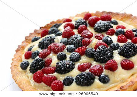 Постер, плакат: Свежие фрукты пирог на белом фоне, холст на подрамнике
