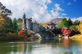 Постер, плакат: Города Нью Йорка Манхэттена Центральный парк осенью с замок Бельведер и красочные деревьев над озером wi
