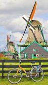 Постер, плакат: Ветряные мельницы в Нидерландах и велосипедов