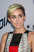 LOS ANGELES - 8 de AUG: Miley Cyrus chega ao