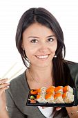 Постер, плакат: Женщина ест суши