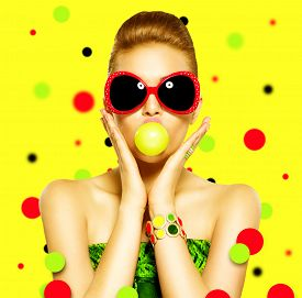 foto of emotion  - Beauty surprised fashion funny model girl wearing sunglasses - JPG