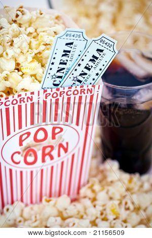 Постер, плакат: Попкорн и кино билеты, холст на подрамнике