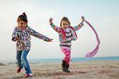 Постер, плакат: Дети играют с песком на пляже