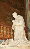 image of sanctification  - Statue depicting Pope praying inside San Pietro  - JPG