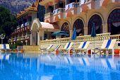 Постер, плакат: прекрасный отель и бассейн с голубой водой