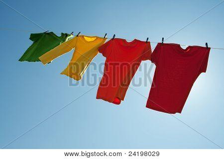 Постер, плакат: Красочный одежда висит на сухой в голубое небо , холст на подрамнике