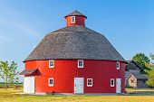 foto of red barn  - A red round barn stands on Indiana farmland - JPG