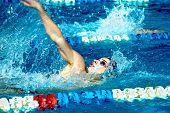 Постер, плакат: Пловец в бассейн плавать на спине стиле
