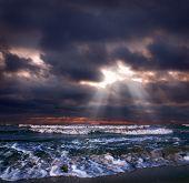 Постер, плакат: Океан шторм с луч солнца