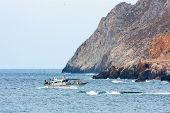 Постер, плакат: Рыбацкая лодка возвращаясь домой остров Скирос Греция