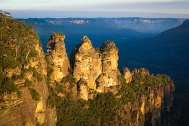 pic of three sisters  - The iconic Three Sisters in the Blue Mountains near Katoomba - JPG