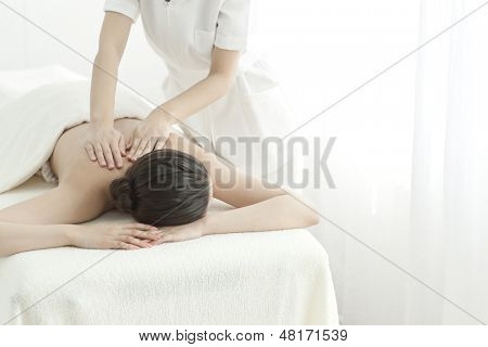 poster of The esthetician who massages a back