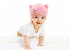 pic of crawl  - Portrait of sweet baby crawls in the pink knitted hat - JPG