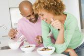 Постер, плакат: Муж и жена заказывающего завтрак вместе