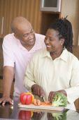 Постер, плакат: Муж и жена приготовления еды еды вместе