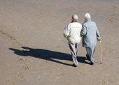 Постер, плакат: Пожилая пара ходить на пляже в Солнечный день