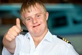 junge Behinderte Pilot showing Thumbs up.