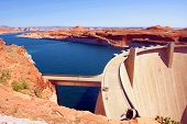 Lake Powell en Glen Canyon Dam in de woestijn van Arizona, Verenigde Staten