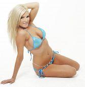 Постер, плакат: Сексуальная красивая блондинка женщина носить синие бикини
