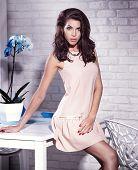 Постер, плакат: Модные молодая брюнетка красавица позирует в платье