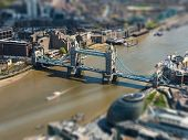 Vista aérea de Tower Bridge y el Ayuntamiento de Londres, tilt-shift efecto, England, UK
