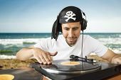 DJ Mixing-Piraten am Strand