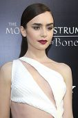 LOS ANGELES - 12 de agosto: Lily Collins na estréia da Screen Gems & Constantin Films' ' The Mortal em