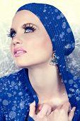 Постер, плакат: красивая женщина в синей куртке и снег падать вокруг нее
