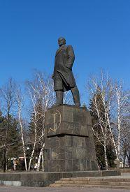 picture of lenin  - Statue of Vladimir Lenin on the central square - JPG
