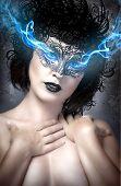 Постер, плакат: Женщина с электрическим глаза синий газ выходит из глаз