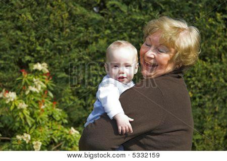 фото бабушка даёт внуку