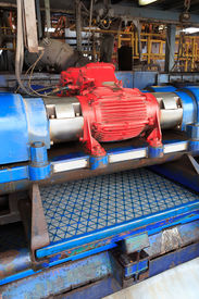 picture of shale  - Shale shaker on an offshore oil rig - JPG