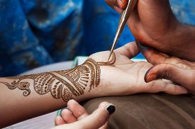 pic of street-art  - Painting Henna paste on woman - JPG