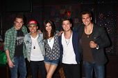 LOS ANGELES - APR 1:  Kendall Schmidt, James Maslow, Carlos Pena, Jr., Logan Henderson with Victoria