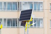 picture of solar battery  - a Street lamp powered by solar batteries - JPG