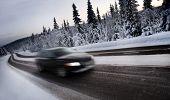 Постер, плакат: Размытие движения автомобиля покрытые дороге снега