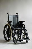 Постер, плакат: Инвалидной коляске на сером фоне