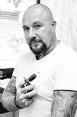 Постер, плакат: Tattoo Artist With Tattoo Machine