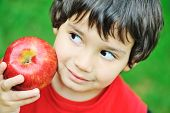 Постер, плакат: Милый парень Холдинг Красное яблоко
